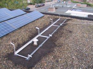 Sacar las piedras del techo antes de colocar marco de montaje del panel solar.