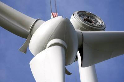 Een windturbine gefabriceerd door het Duitse Enercon en Franse Ostwind wordt geïnstalleerd in het windmolenpark in Rimboval, Noord-Frankrijk, woensdag 2 april 2008 (AP Photo/Michel Spingler)