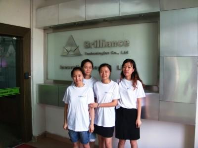 Chinese medewerkers van Brilliance Technologies met de OliNo shirts