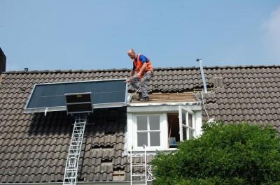 De zonnecollector is door ResourceSolar mooi geintegreerd met het dak van de dakkapel