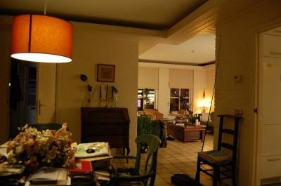 De eetkamer en huiskamer worden nu verlicht door 3 maal 5 Watt spaarlamp en een T5 TL kleur 827 van 21 Watt, samen 36 Watt