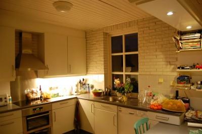 De keuken wordt nu verlicht door een T5 TL van 14 Watt, een 7 Watt Philips MasterLED om de krant te lezen en een 7 Watt CFLi downlighter voor het gespreide licht, samen 28 Watt.