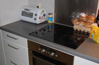 Inductieplaat is 50% zuiniger dan halogeen. De kleine oven is niet alleen zuinig maar ook handig!