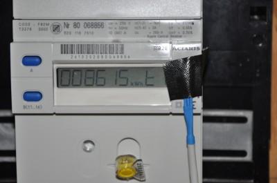 De sensor met tape verbonden over de LED van de energiemeter