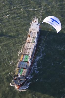 Een vrachtschip dat ter ondersteuning een kite gebruikt