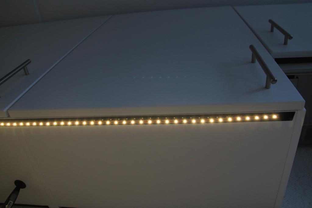 de ledstrip is gemonteerd met klittenband onder de keukenkastjes
