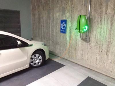 In steeds meer parkeergarages kunt u elektrisch tanken.