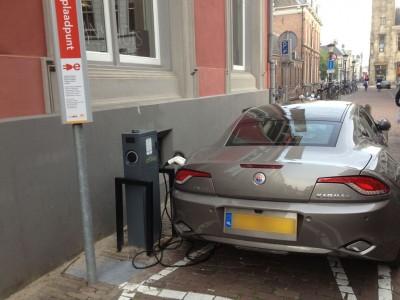 Er zijn steeds meer openbare oplaadpunten te vinden, zoals hier in het centrum van Utrecht.