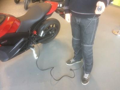 Je elektrische motor laden met gewone stekker in het stopcontact