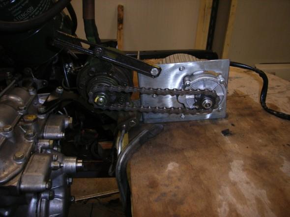 Een motor van 450W van een elektrisch fiets had het juiste koppel om de hydrauliekpomp aan te kunnen drijven. Deze motor draait door de vertraging ongeveer 600 rpm. Dit zou overeenkomen in de oude situatie wanneer de pomp via een V-snaar aan de motor vast zit met een motortoerental van 1200 rpm.