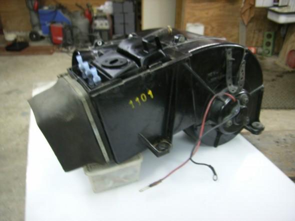 De bestaande kachel inklusief elektrisch verwarmingselement. (RDW eis) De bestaande kachel is gekoppeld aan de koeling van de motor om deze warmte ook nog te kunnen gebruiken.