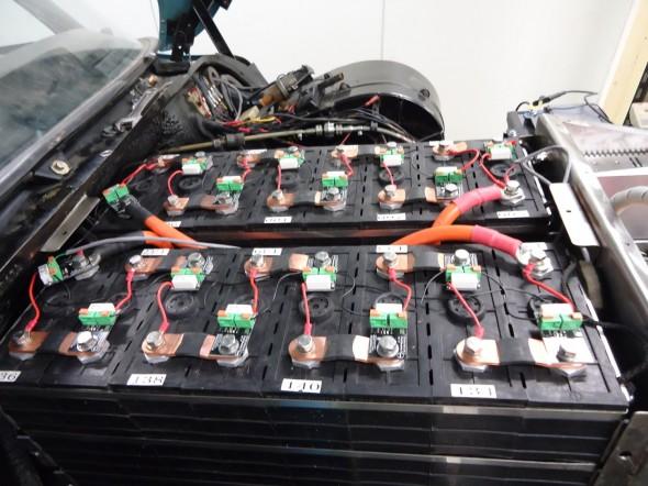 Accu's onder de motorkap, voorzien van BMS-modules (printjes) die de spanning en temperatuur meten. Tevens zorgen deze printjes ervoor dat de accu's langzaam kunnen balanceren. De oranje accukabels zijn 70mm2, omdat de stromen die er kunnen lopen bij het optrekken ongeveer 600A zijn. Bij 90km/h loopt er ongeveer 140A.