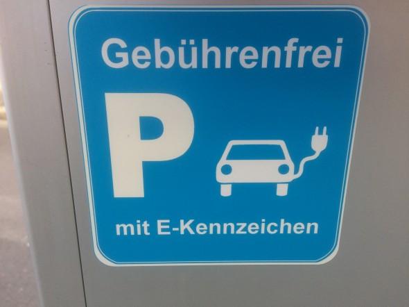 De Elektrische auto kan op steeds meer plaatsen worden opgeladen. Ook in het buitenland zijn steeds meer oplaadpunten te vinden.