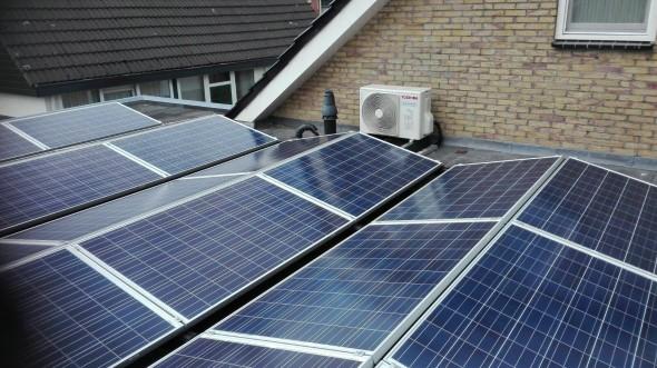Op stevig plat dak, zonder veel schaduw, zijn zonnepanelen zeer geschikt. De betere installateurs plaatsen ook oost west opstellingen zodat er meer productie per M2 dakruimte  mogelijk is.