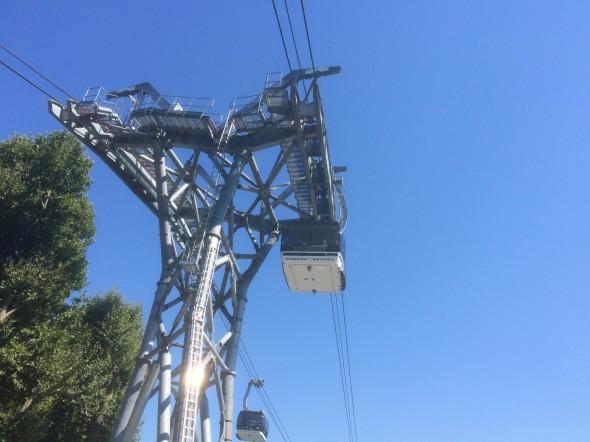 Nieuwe ideeën over openbaar vervoer in grote steden, zoals deze elektrische skilift.