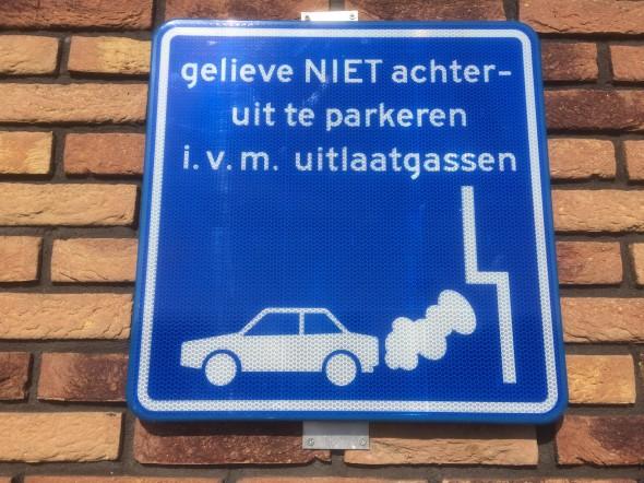 Met de invoering van elektrische auto's voorkomen we vieze uitlaatgassen in de bebouwde omgeving. De CO2 uitstoot van EV is nu al lager dan die van benzineauto's en wordt steeds lager met de productie van meer duurzame stroom door windmolens en zonnepanelen.