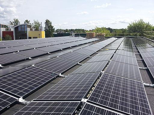 Met de plaatsing van zonnepanelen oost west gericht, voorkom de piekproductie in het middag uur. De productie start iets eerder en gaat wat langer door. Dit zorgt voor wat minder prijsschommelingen op zonnige dagen.