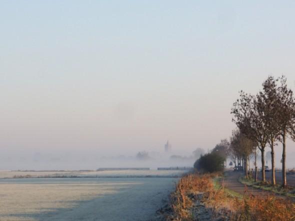 Foto van de kerk van Westbroek in de zon en mist.