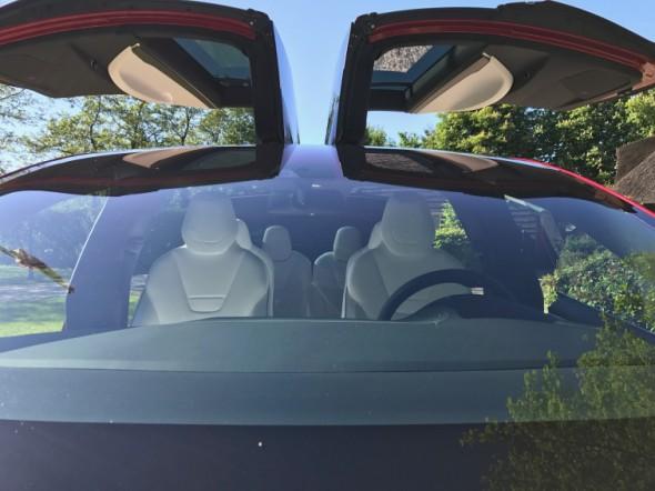 Door grote raamstijlen minder zicht in de Tesla Model X