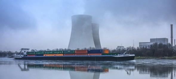 Een kerncentrale heeft altijd veel koelwater nodig. Dus enkel te bouwen aan een groot meer, een rivier of bij zee.